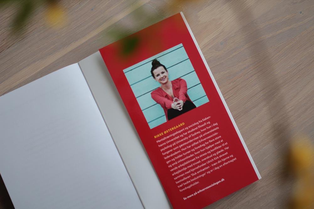 Beskrivelse af Rikke Østergaard - bogens omslag