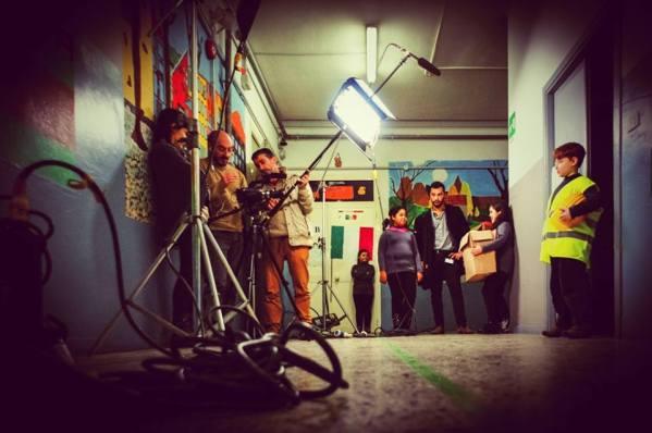 Gli operatori della Pigrecoemme durante un laboratorio scolastico sul cinema con bambini della scuola elementare.