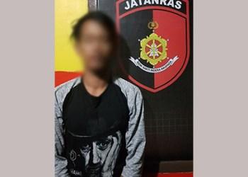 BS, pelaku pencabulan salah satu Siswi SMKN Makassar saat diamankan oleh petugas Polrestabes Makassar