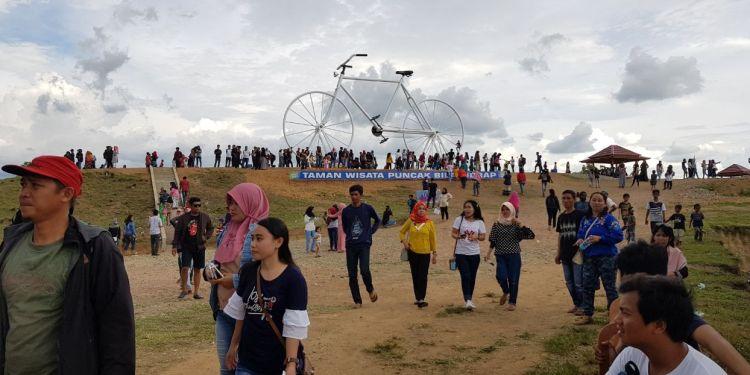 Ribuan Pengunjung memadati lokasi Taman Wisata Puncak Bila, Sidrap, Senin (1/1). Mereka umumnya berswafoto di lokasi Sepeda Raksasa. --ist--