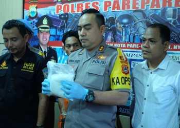 Kapolres Parepare, AKBP Pria Budi memperlihatkan barang bukti Sabu-sabu seberat 1 Kg.