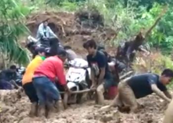 Screenshoot vidio   sulitnya akses kendaraan menuju Desa Leppangeng, Kabupaten Sidrap, Sulawesi Selatan, akibat tertimbun longsor. --fiand/pijarnews--