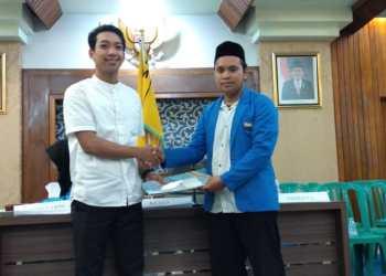 Irfan Parumpu, mantan Pimcab PMII Parepare (pakai baju putih) menyerahkan kepemimpinannya kepada Zulkifli (Pakai Jas Biru) untuk periode 2019/2020. --amir/pijarnews--