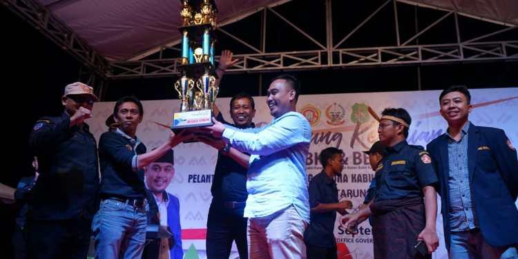 Ketua Karang Taruna Sidrap, M Yusuf DM mengangkat tropi sebagai juara umum dalam kegiatan SKBKT.
