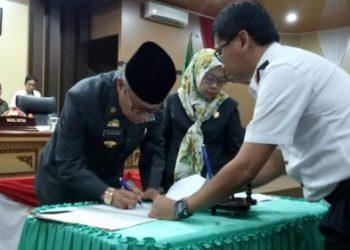 Wali Kota Parepare, Taufan Pawe melakukan penandatanganan di ruang paripurna DPRD Parepare, Kamis (28/11/2019).