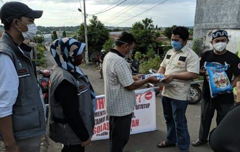 Anggota DPRD Parepare, Yusuf Lapanna saat menyerahkan bantuan berupa beras ke perwakilan warga di Perumahan Lompoe Mas, Kota Parepare, baru-baru ini.