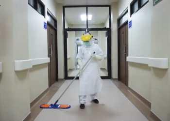 Darwis membersihkan salah satu koridor di RSUD Sayang Rakyat