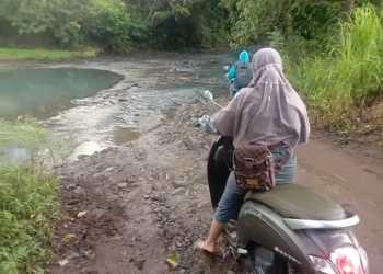 Warga Desa Pasaka,  Kecamatan Kahu, Kabupaten Bone belum mendapatkan layanan infrastruktur jembatan, Rabu (8/9/2021).