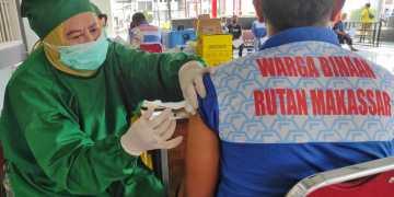Salah seorang WBP menerima vaksin di Lapas 1 Makassar, Sabtu (25/9/2021)