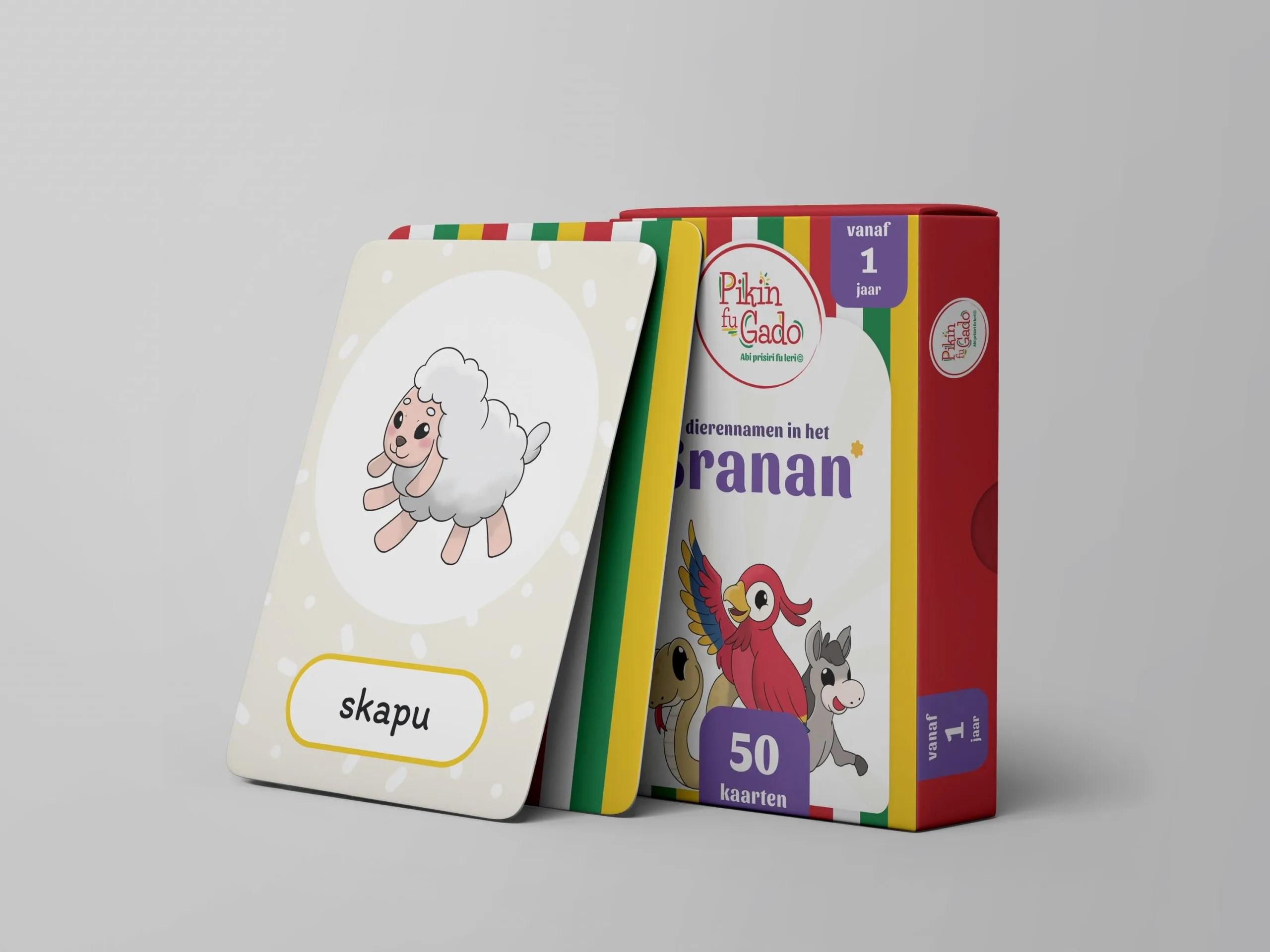 Doos met speelkaarten met een afbeelding van een schaap met daaronder de naam