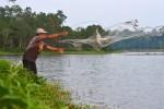 Warga menjala ikan di danau Dam V, Cot Girek Aceh Utara