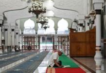 Beriktikaf di dalam masjid Raya Baiturrahman.