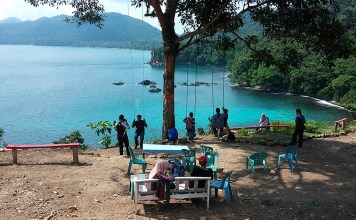 Objek wisata Bukit Guha Sarang, Sabang. Pengelola usaha destinasi ini, Syahrizal, masih menggunakan tarif masuk atas inisiatifnya sendiri, yaitu Rp5 ribu per orang, karena belum adanya qanun pariwisata dari pemko