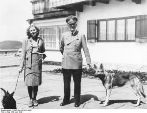 Hitler y Eva Braun en compañía de sus queridos perros en una foto de 1942 al Berghof