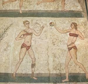 Ragazze romane fanno sport con indosso la tipica biancheria intima di epoca imperiale