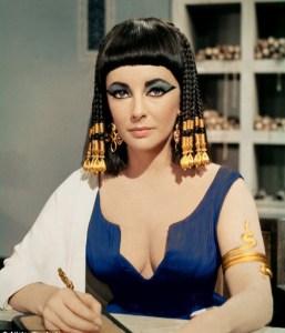 """Liz Taylor nel film """"Cleopatra"""". Las mujeres egipcias hacen un amplio uso de tatuajes"""