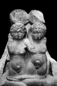 Escultura que representa Alejandro Helios y Cleopatra Selene, hijos gemelos de Cleopatra y Marco Antonio