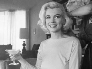 Marilyn Monroe com um de sua amada champanhe
