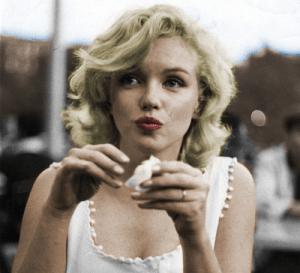 Un intenso primo piano di Marilyn Monroe