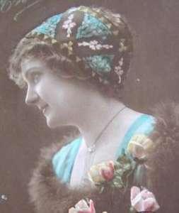 Un'acconciatura femminile di inizio '900. Per curare i capelli secchi si usavano rimedi naturali