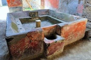 """Vasca situata all'interno della """"lavanderia"""" di Stefano (fullonica Stephani) a Pompei"""