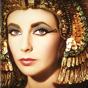 """Liz Taylor in """"Cleopatra"""" con un elaborado maquillaje egipcio"""
