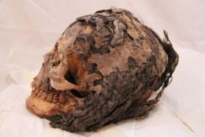 """Der Kopf der Frau in Amarna gefunden (Ägypten). Sono ben visibili le """"extension"""""""
