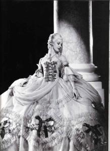 A atriz Norma Shearer no papel sumptuoso de Marie Antoinette em um filme 1938. curativo, um Versailles, era un'operazione importante e complicata