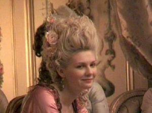 """Kirsten Dunst nel film """"Marie Antoinette"""". Die Königin trug den Spitznamen, auch, """"Signora Deficit"""""""