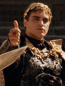 """Joaquin Phoenix interprata Commodo nel """"Il gladiatore"""". I senatori romani soprannominarono Commodo """"Imperatore gladiatore"""" a sign of contempt"""