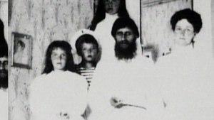 Rasputin fotografada com três das quatro filhas de Nicolau II eo pequeno Alexis Romanov (ao centro)