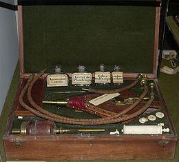 Ein typischer Fall eines vollständigen 800 Arzt aller Instrumente. Auch wurde die IV im neunzehnten Jahrhundert geboren