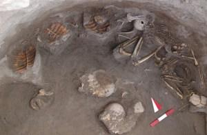 La sepoltura della donna e del bambino trovata in Turchia. All'interno della tomba anche 17 gusci di tartarughe