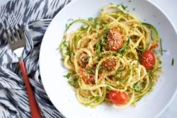 Noodles de calabacita con salsa de tomate