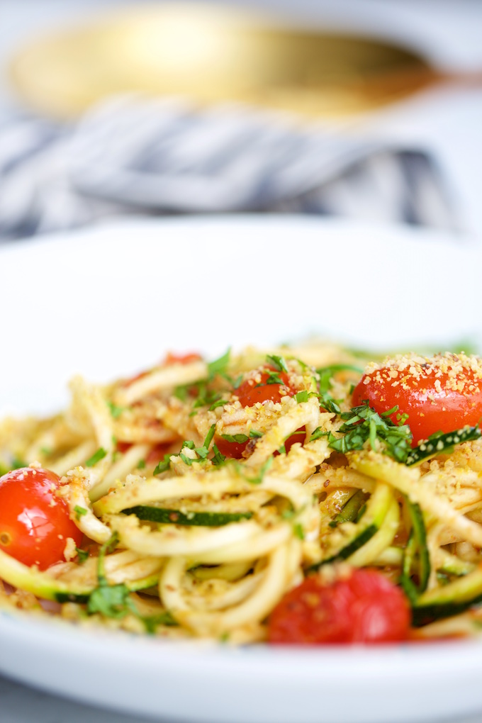 Noodles de calabacita con tomate.