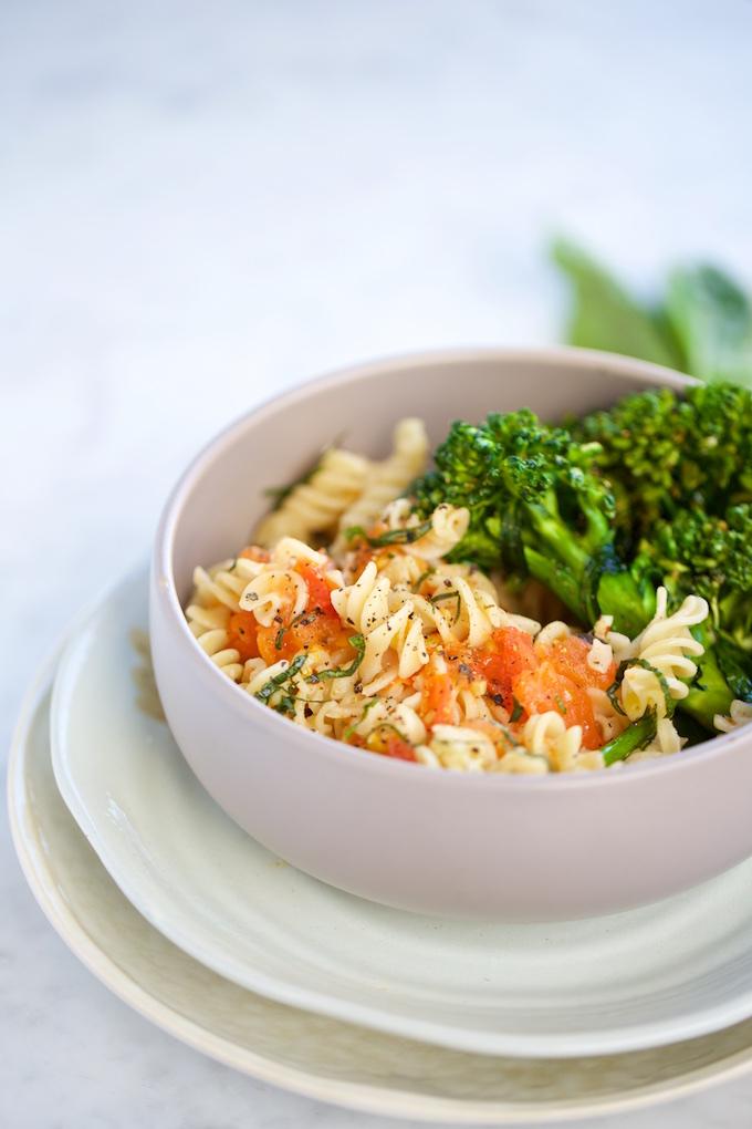 Pasta sencilla con borccolini y tomate
