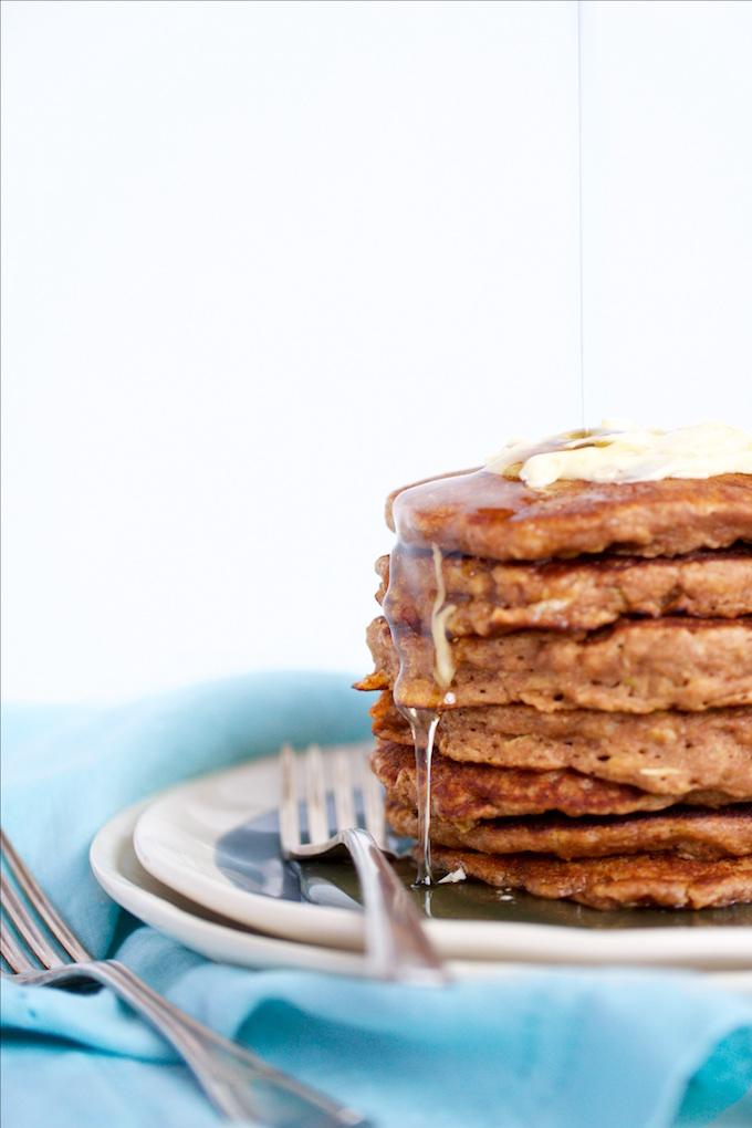 Oats and apple pancakes, the perfect recipe for a Sunday vegan brunch.Hotcakes con manzana y avena, veganos.P&V