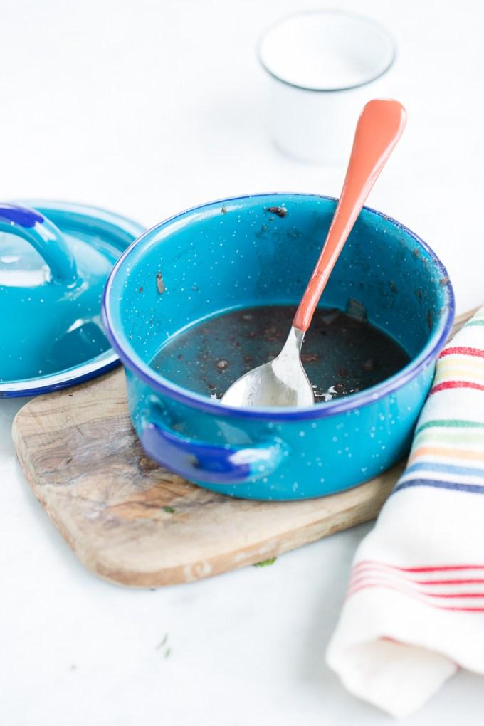 Sopa de frijol negro con bolitas de masa con menta y chile