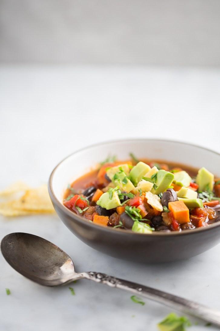 plato de chili de frijol negro con camote