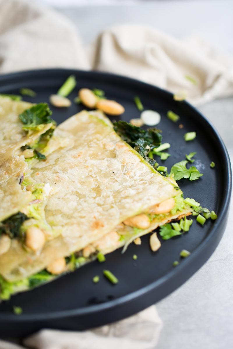 Quesadillas de frijol blanco y kale, 100% basadas en plantas, sin queso, veganas.