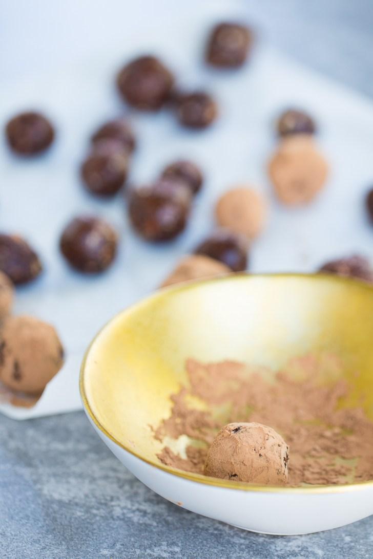 Trufas de chocolate con almendras y dátiles. Trufas veganas y sanas.