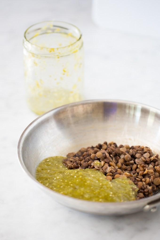 Camote relleno de lentejas en salsa verde.