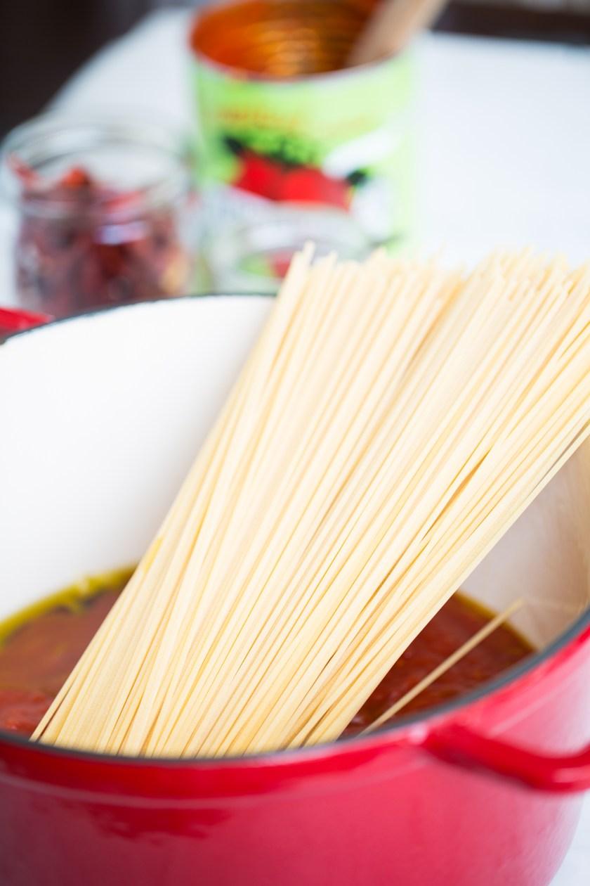Pasta a la puttanesca vegana, fácilísima y se hace en una sola olla.