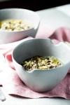 Receta de sopa de invierno hecha con poro, arroz y champiñones. Esta sopa vegana es perfecta para cualquier día frío.