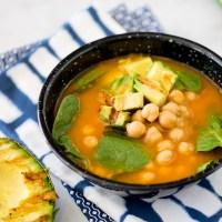 Sopa con garbanzos y espinacas con aguacate y limón asado