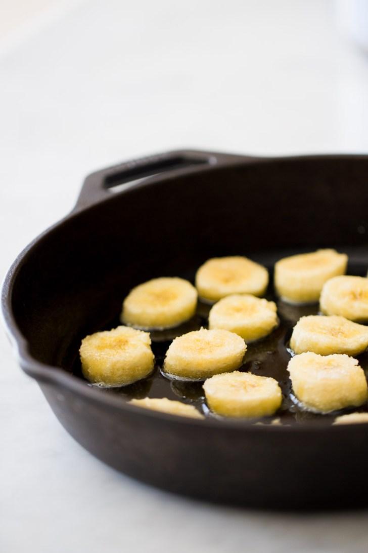 Receta de desayuno vegano perfecto y delicioso, avena con plátanos caramelizados.