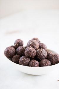 Four ingredient truffles: vegan, healthy and chocolatey.Trufas detox, receta perfecta con sólo cuatro ingredientes. Postre vegano y sano.