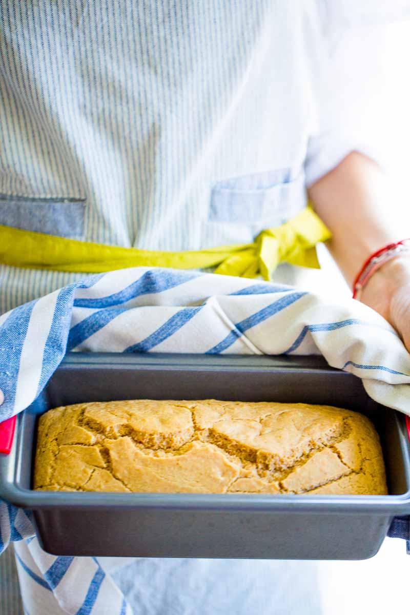 Pan de limón amarilloy aceite de oliva recién salido del horno.