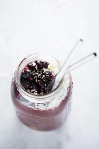 Receta de smoothie de acai y otras berries que nos ayuda a estar siempre bellas por dentro y por fuera. via piloncilloyvainilla.com