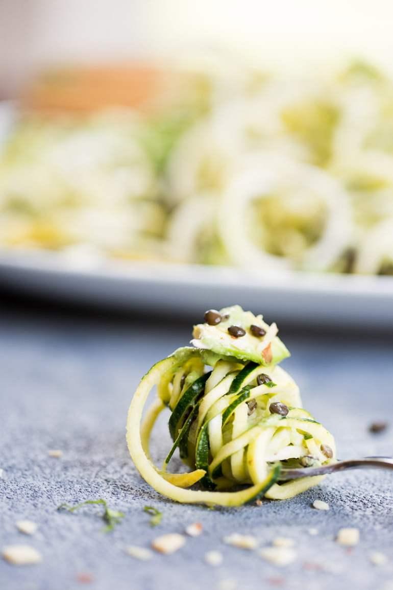 Receta de ensalada de noodles de calabaza con aderezo cremoso de albahaca.